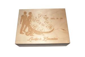 Medinė graviruota dėžutė vestuvių proga