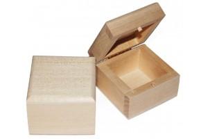 Medinė dėžutė užapvalintu viršumi 6,5x6,5x4,5 cm.