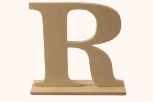 Medinė pastatoma raidė R 15,5x4x15 cm.