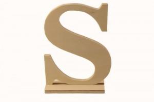 Medinė pastatoma raidė S 10x4x15 cm.