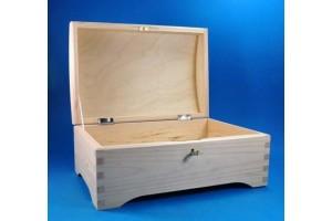 Medinė skrynia su užraktu  30x19,5x13,5 cm.