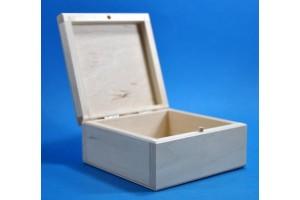 Medinė dėžutė 11x11x5,4 cm.