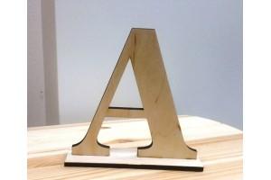 Medinė raidė M pastatoma 15 cm.