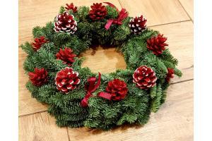 Kalėdinis advento vainikas su konkorėžiais iš kėnio šakų